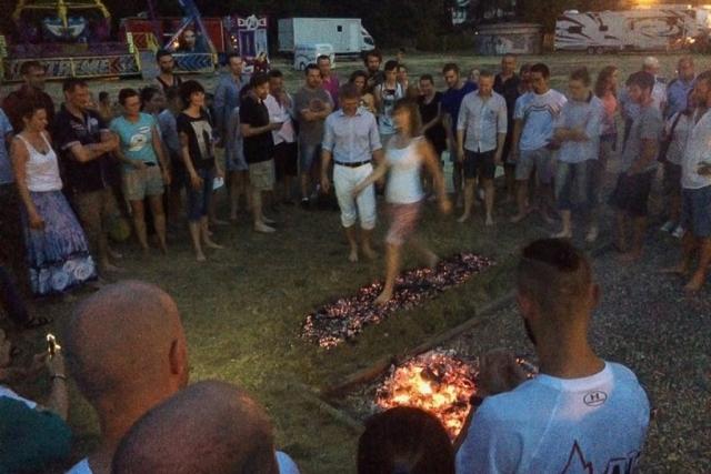 začína sa firewalking (ja stojím vľavo v modrom tričku); foto: Alena Kočalková