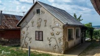 Nádherná kamienková výzdoba domčeka popri ceste na festivale