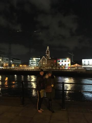 So Slávkou počas prechádzky popri rieke Liffey