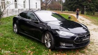 Jazda na elektrickom Tesla autíčku bola jednou z výhier v tombole