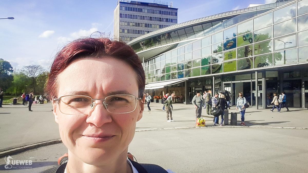 pred budovou železničnej stanice v Košiciach