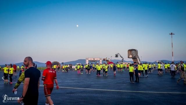 Pohľad na štartový priestor letiska aj s krásnym mesiacom