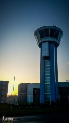 Riadiaca veža letiska pri západe slnka